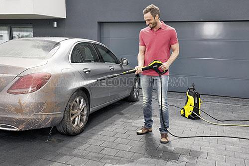 Người dùng không nên điều chỉnh áp lực nước mạnh để xịt rửa xe ngay từ bước đầu tiên