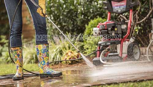 Máy rửa xe cao áp với áp lực nước lớn, xịt rửa mạnh mẽ, được nhiều người tiêu dùng ưa chuộng sử dụng hiện nay
