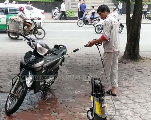 Rửa xe máy bằng máy rửa xe gia đình được ứng dụng phổ biến hiện nay