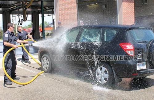 Rửa xe bằng nước mưa giúp tiết kiệm nhiều chi phí
