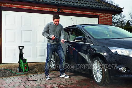 Nên rửa xe bằng nguồn nước sạch, ít tạp chất