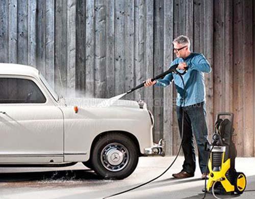 Rửa xe bằng máy rửa xe giúp tiết kiệm nước, thời gian, công sức