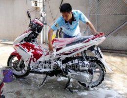 Hướng dẫn tự rửa xe máy sạch sẽ đón tết