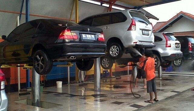 Cầu nâng 1 trụ là thiết bị không thể thiếu khi mở trung tâm rửa xe chuyên nghiệp