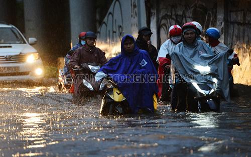 Tránh đi xe máy vào các vùng ngập nước sâu